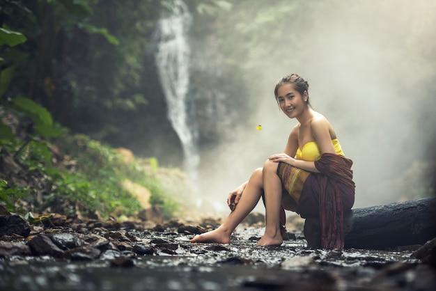 明るい笑顔で美しいアジアの女性の肖像画伝統的な衣装