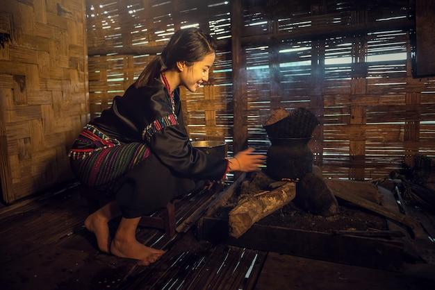 タイの農村部の家で料理するアジア人女性