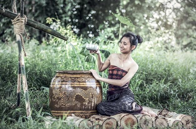 熱帯の夏に入浴する若いアジア女性