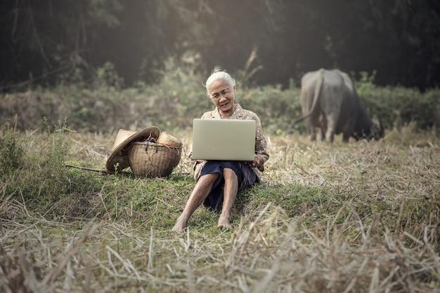 歳の女性が屋外のラップトップを使用して