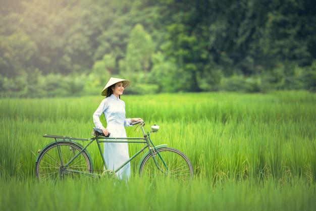 アオザイ、ベトナムの伝統的な衣装とベトナムの女の子の肖像画