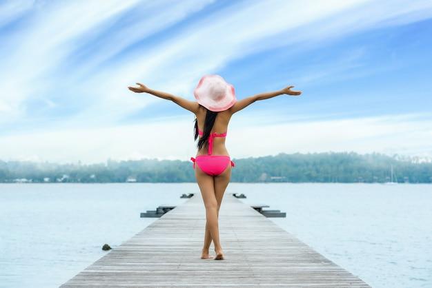 自由の幸福の自由女性はビーチで至福です。