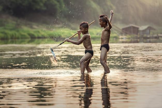 川の釣り少年