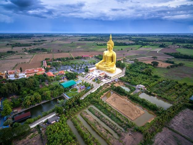 タイの寺院で大きな黄金の仏像/タイ、アーントーン県、ワット・マウン。