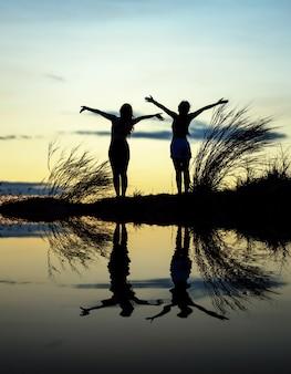 女性は手を空に引きます。自由 - 概念写真