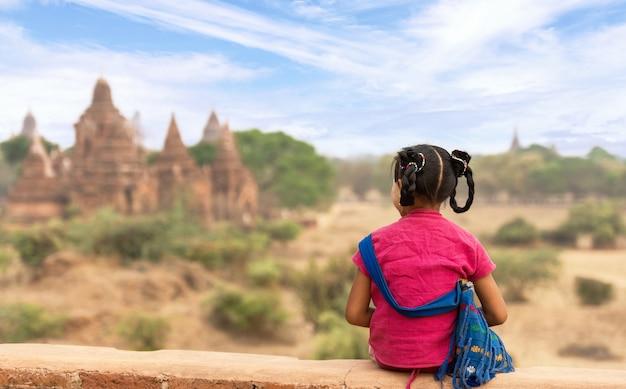 Бирманская девушка в старом багане, мьянма