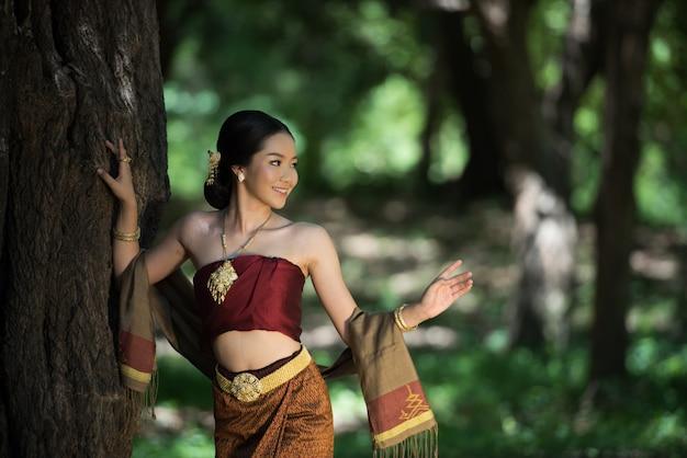 Тайские женщины приветствуются с традиционным тайским костюмом