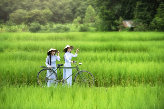 美しい女性ベトナムの伝統文化、ビンテージスタイル、ホイアン、ベトナム