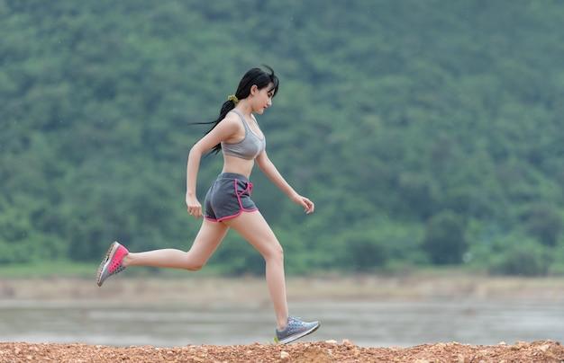 屋外で走っている女性