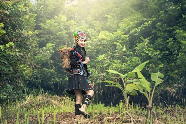伝統的な服を持つカレンの女の子