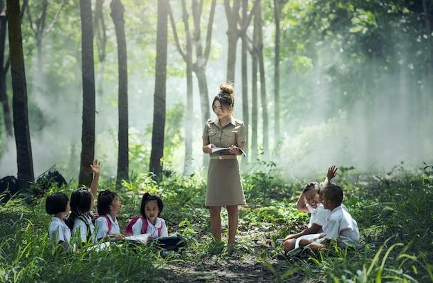 学生の学習と教育農村部のチェンマイで