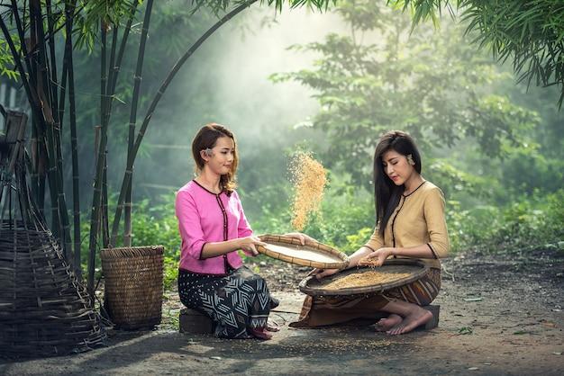 タイの地元の女性が働いて