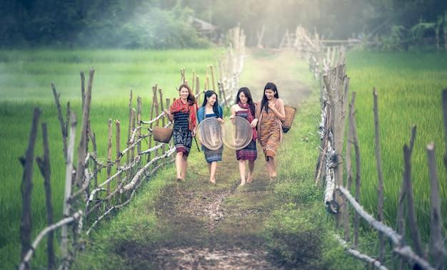 幸せなタイの地元の女性が働いて