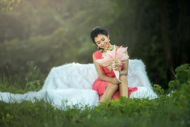 Диван женщина расслабляющий наслаждается роскошным образом жизни мечтает