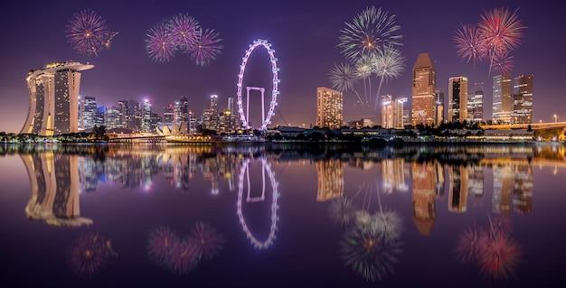 夜にシンガポールの街のスカイライン