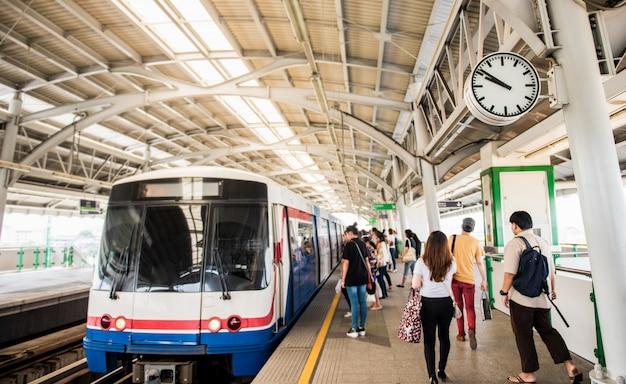 電車、バンコク、タイで移動する鉄道駅の人々