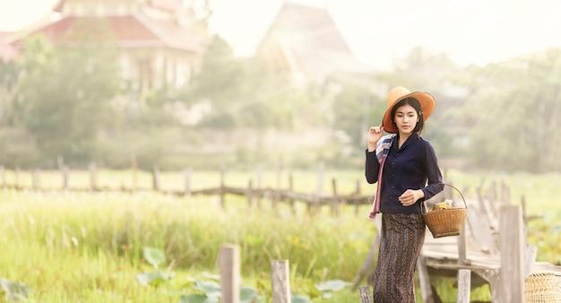 田舎、タイで働く女性