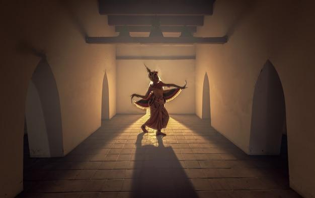 マノーラダンスショーのためのドレスを着ている美しい少女。マノーラダンスはタイの民俗舞踊です