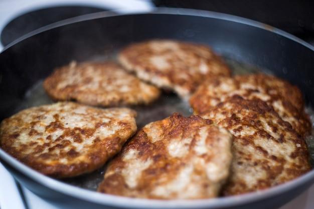 フライパンで焼き肉。ハンバーガー用の焼きカツレツ。ハンバーガーの作り方