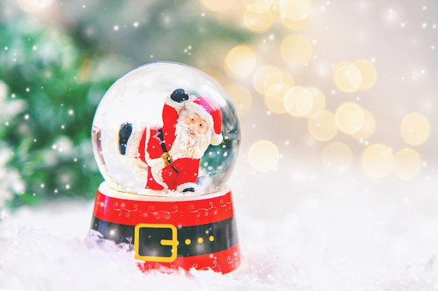 Красивые рождественские украшения со снегом
