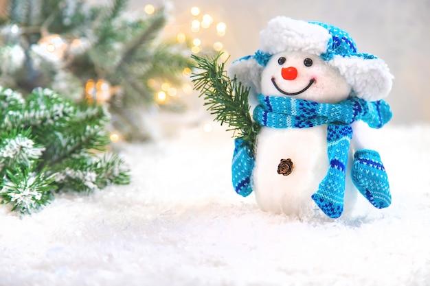雪で美しいクリスマスの飾り