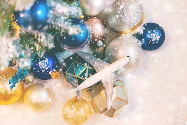雪と飛行機の美しいクリスマスの飾り