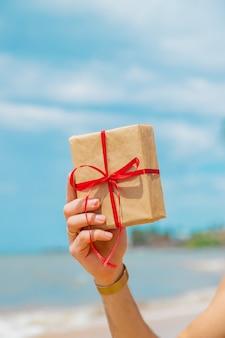 ビーチでプレゼントを持って男