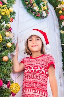 Дети возле елки. выборочный фокус.