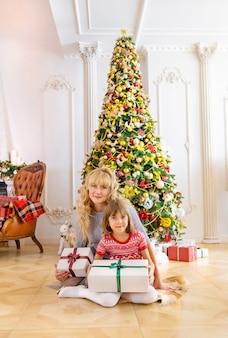 家の中の家族のクリスマス写真。セレクティブフォーカス。