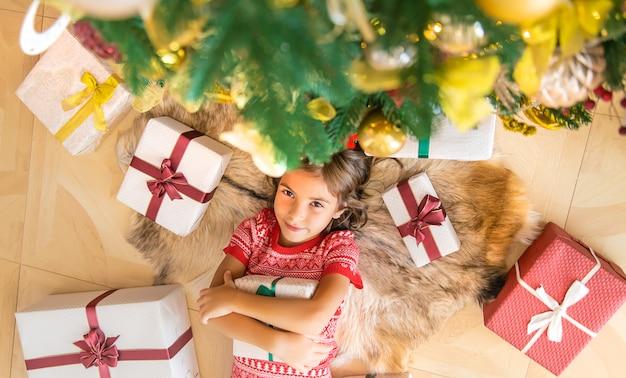 クリスマスツリーの近くの子供たち。セレクティブフォーカス。