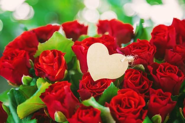 赤いバラの花束、バレンタインデーの贈り物。