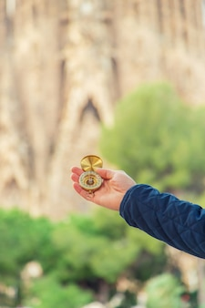 Саграда фамилия барселона с компасом в руках. выборочный фокус.