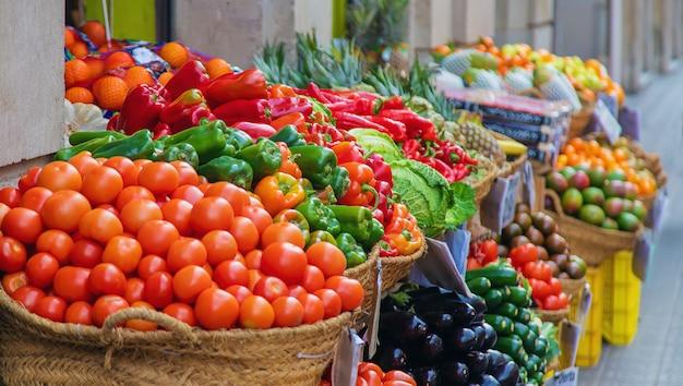 Рыночные прилавки с овощами и фруктами. выборочный фокус.