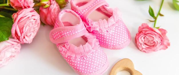 Новорожденные. детские аксессуары на белом