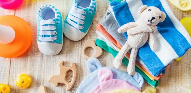 新生児用のベビー服とアクセサリー