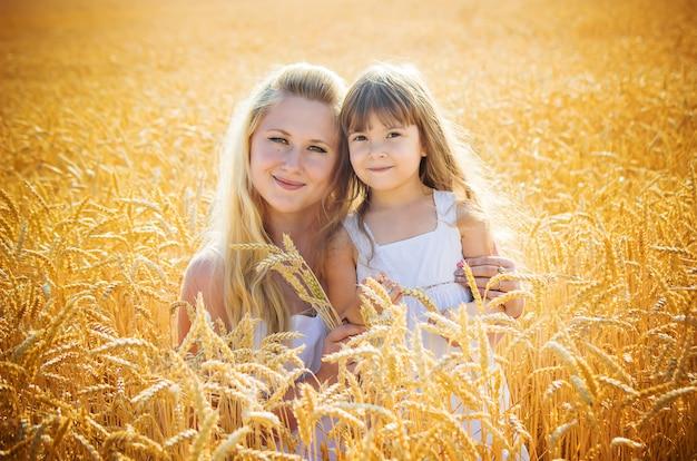 麦畑で母と娘。セレクティブフォーカス
