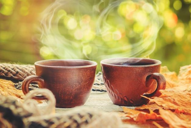 一杯の紅茶と居心地の良い秋の背景。セレクティブフォーカス