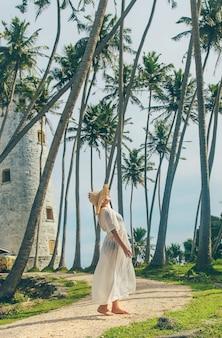 灯台のある島のスリランカの女の子