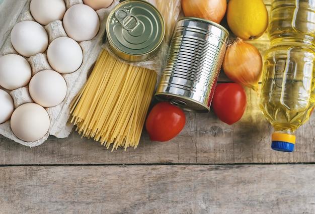Доставка еды на дом. пожертвование и благотворительность. выборочный фокус.