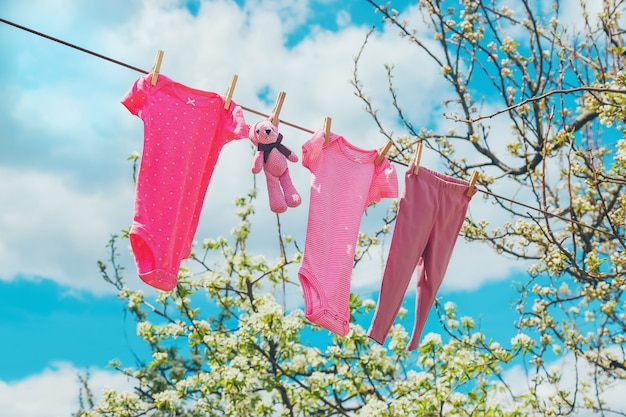 路上でベビー服が乾いています。セレクティブフォーカス。