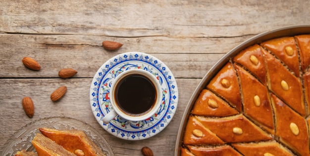 Чашка турецкого кофе и пахлава. выборочный фокус.
