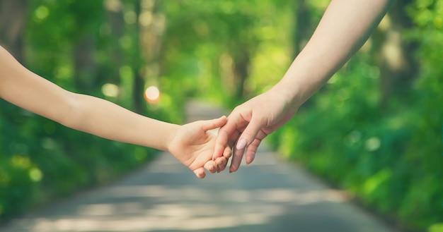母と子が手を繋いでいます。