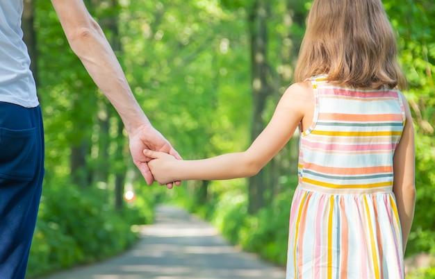 父と子の手をつなぐ