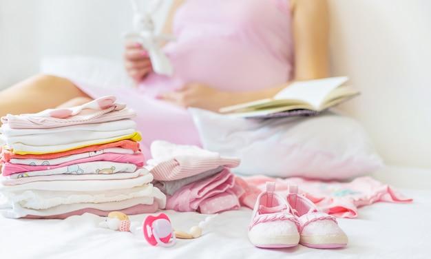 Беременная женщина пишет список