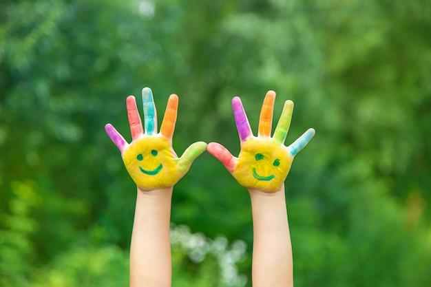 子供が絵を描くと笑顔になります。