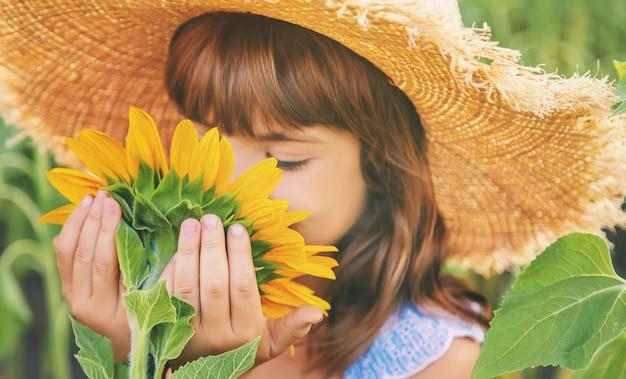 咲くひまわり畑の少女