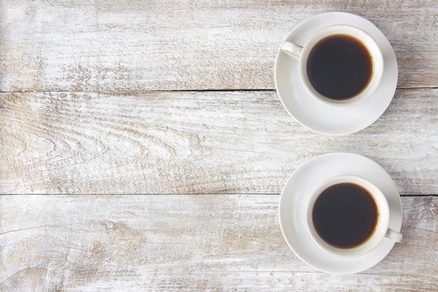男性と女性の手の中にコーヒーを飲みながらカップ。セレクティブフォーカス