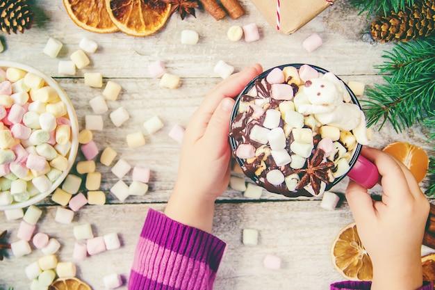 Горячий шоколад и зефир на фоне рождества. селективный фокус.
