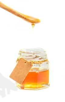 Мед на белом фоне. выборочный фокус. продукты питания.