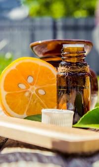 Эфирное масло лимона в бутылочке. выборочный фокус.